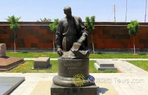 komitas-statue_001-300x192